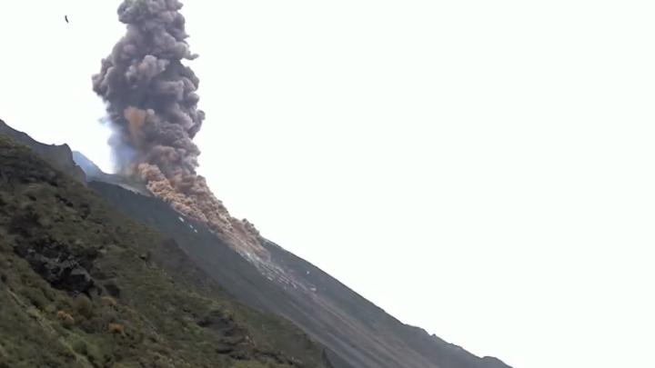Enorme erupção do vulcão italiano lança cinzas a centenas de metros de altura.