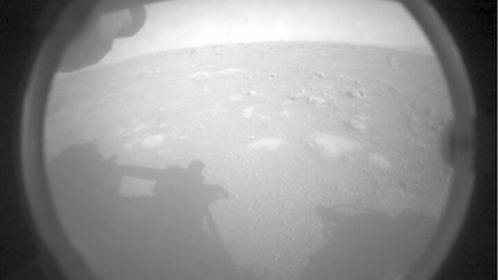 Rover Perseverance pousa em Marte.